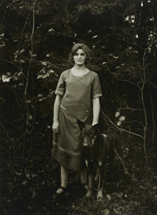 Домохозяйка с собакой. Германия, 1926 год.