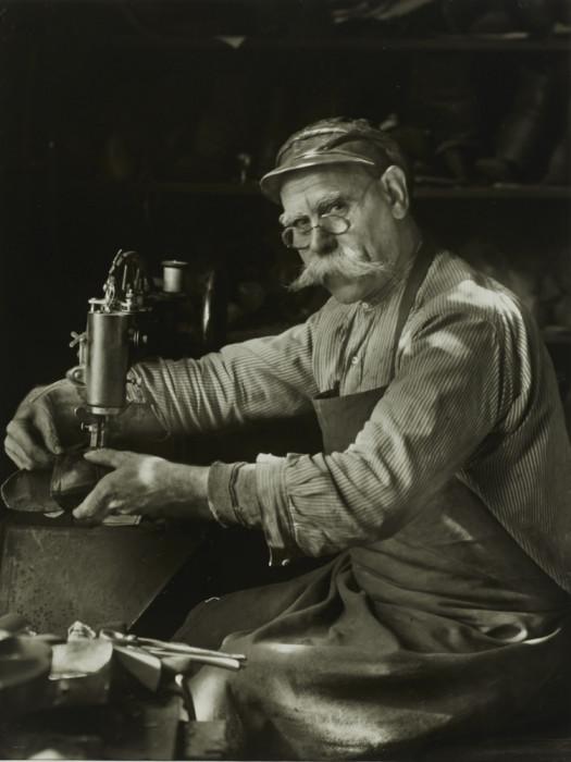 Потомственный обувщик во время работы. Германия, 1940 год.