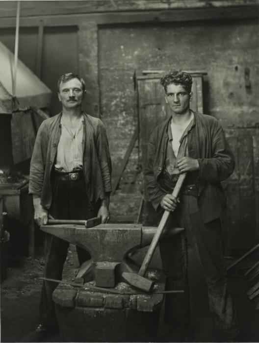 Потомственные мастера, которые занимаются обработкой металла. Германия, 1926 год.