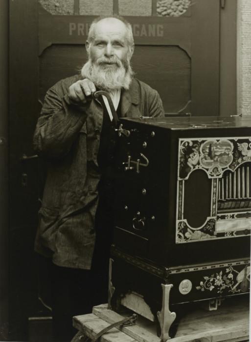 Бродячий музыкант, играющий на шарманке. Германия, 1937 год.