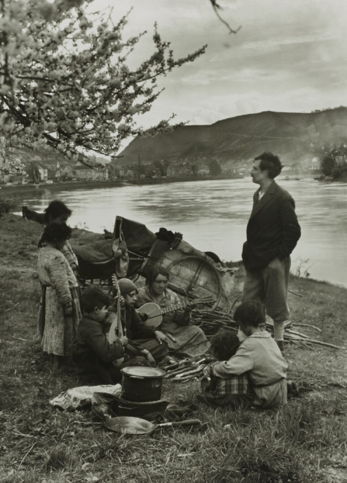Группа кочевников отдыхают и поют на берегу реки Мозель. Германия, 1931 год.