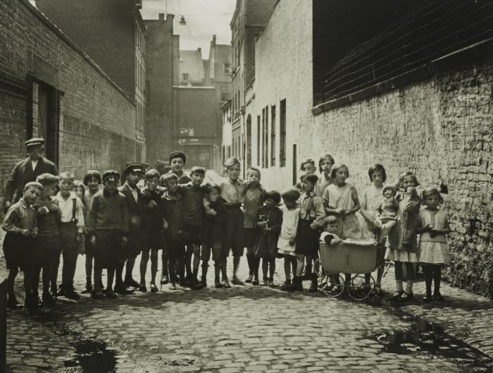 Групповая фотография детей разных социальных классов. Германия, Кёльн, 1930 год.