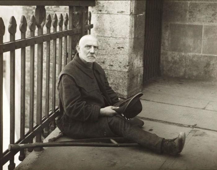 Инвалид без ноги просит милостыню. Германия, 1926 год.