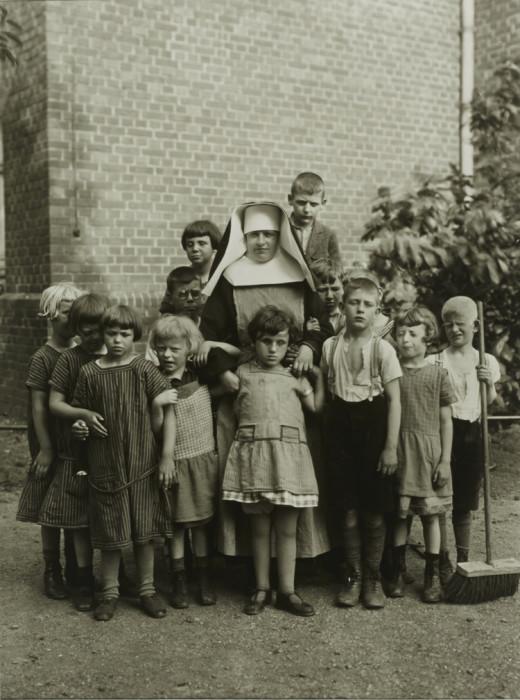 Монахиня с приёмными детьми. Германия, 1930 год.