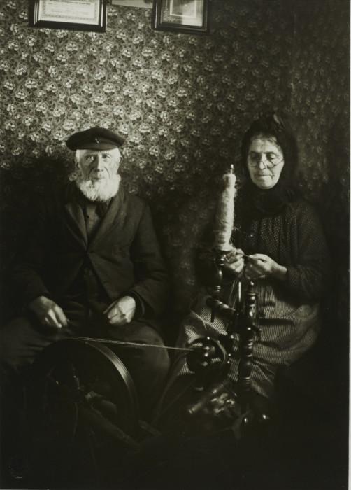 Пожилая пара с прялкой. Германия, 1925 год.