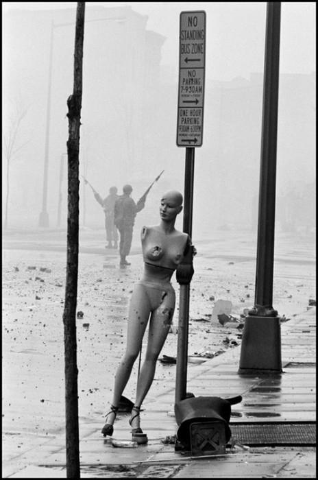 Убийство Мартина Лютера Кинга вызвало общенациональное возмущение, которое сопровождалось бунтами чернокожего населения. США, Вашингтон, 1966 год.