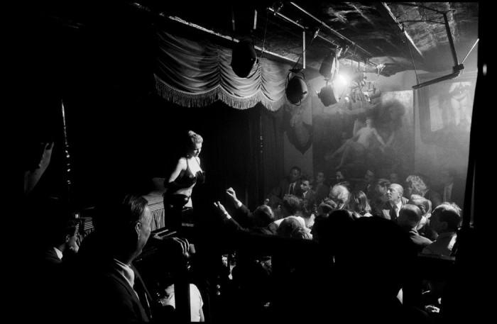 Стриптиз-шоу в ночном клубе. Франция, Париж, 1956 год.