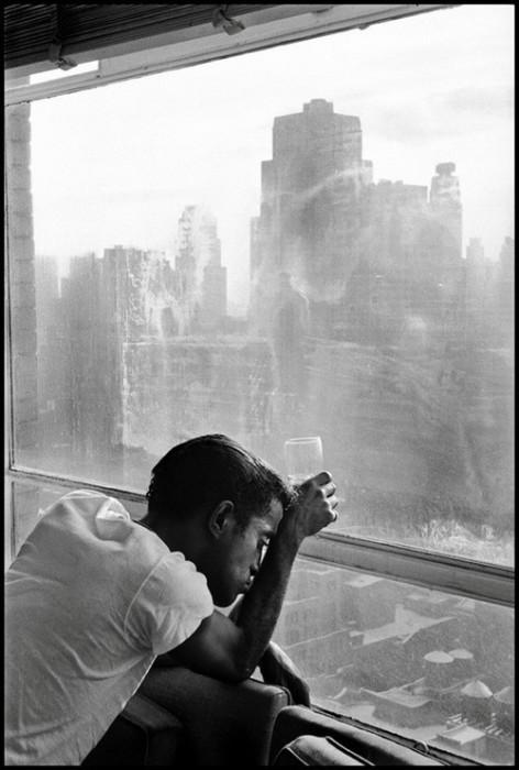 Известный американский эстрадный артист смотрит в окно на Манхэттен. США, Нью-Йорк, 1959 год.