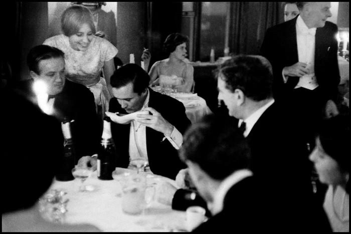 Герцог Ратленд пьёт шампанское из туфельки. Англия, замок Бельвуар, 1959 год.