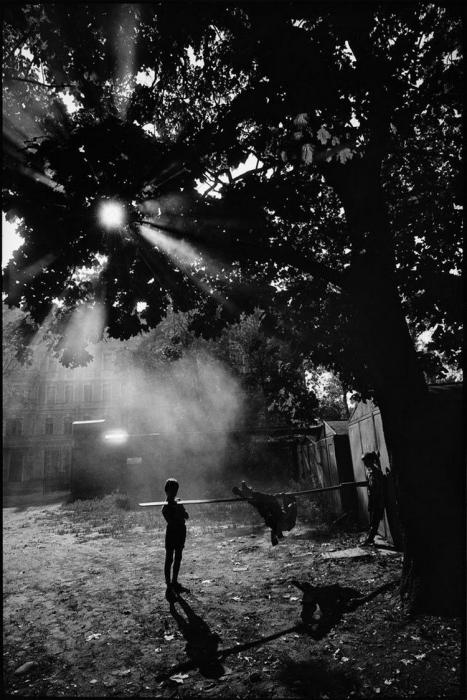 Любимая дворовая игра. СССР, Ленинград, 1980-е годы. Автор фотографии: Boris Smelov.