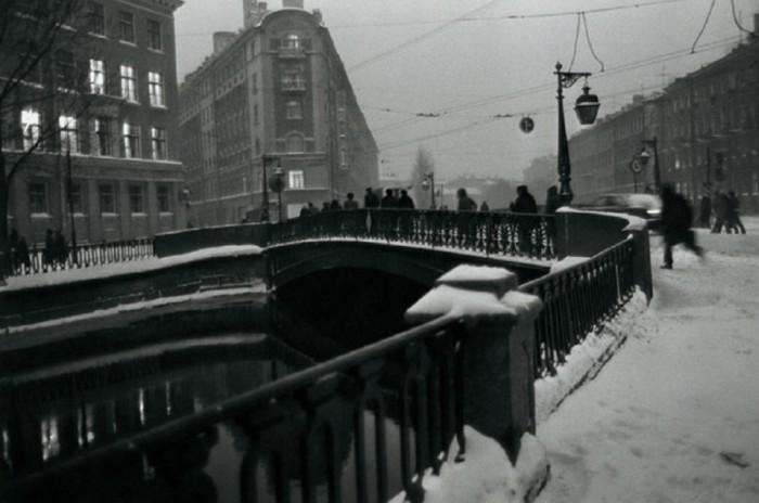 «Тут все куда-то спешат, ускоряя свой шаг». СССР, Ленинград, 1983 год. Автор фотографии: Boris Smelov.