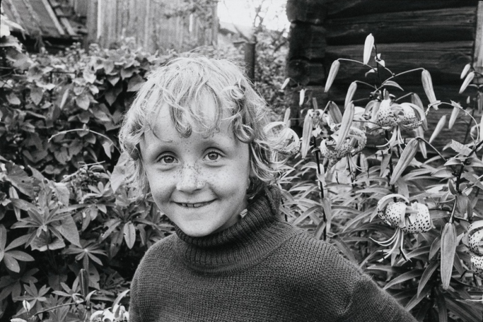 Портретный снимок ребёнка на фоне пятнистых лилий. СССР, Ленинград, 1985 год. Автор фотографии: Boris Smelov.