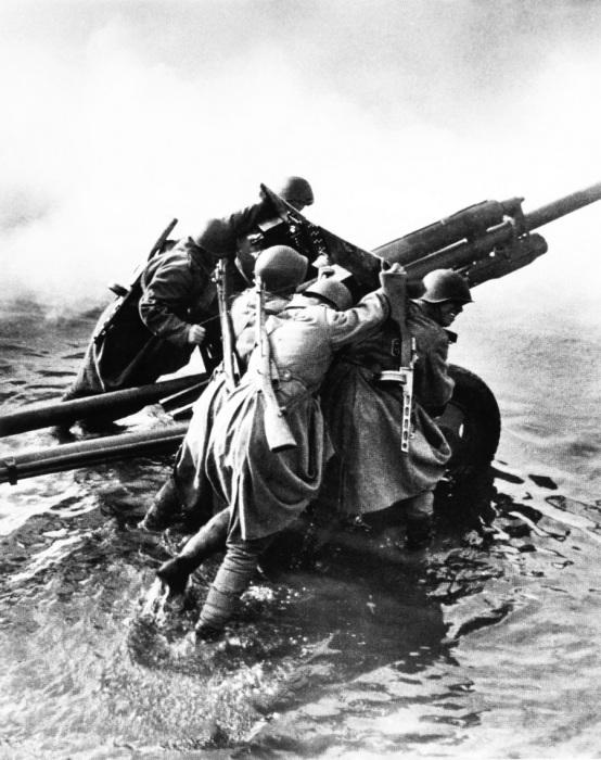 Советские артиллеристы транспортируют 76-мм дивизионную пушку ЗиС-3 во время форсирования Одера.