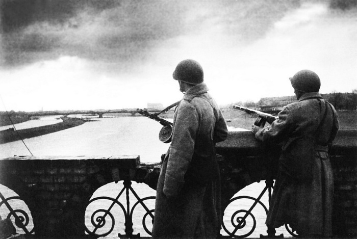 Советские автоматчики на мосту через реку Одер, 1945 год.