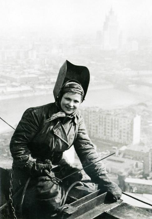 Сварочные работы на крыше гостиницы «Украина», 1953 год.