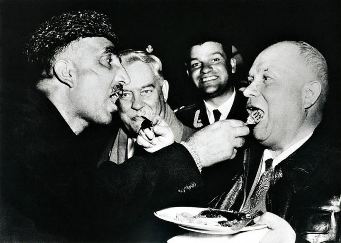 Взаимное кормление – обычай высшего кашмирского гостеприимства, 1956 год.
