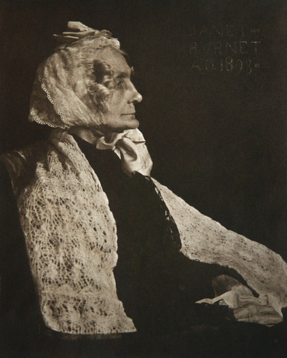 Портретный снимок пожилой женщины, сделанный в 1893 году.