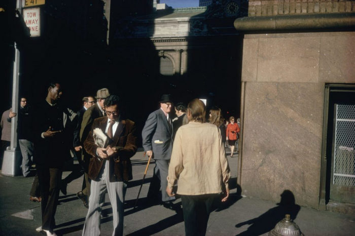 Блестящий пиджак, длинные брюки и замшевые туфли. Америка, Нью-Йорк, 1974 год.