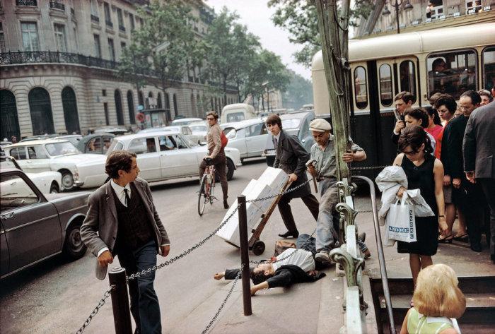 Работа признанного гения и одного из самых универсальных мастеров фотографии. Франция, Париж, 1967 год.