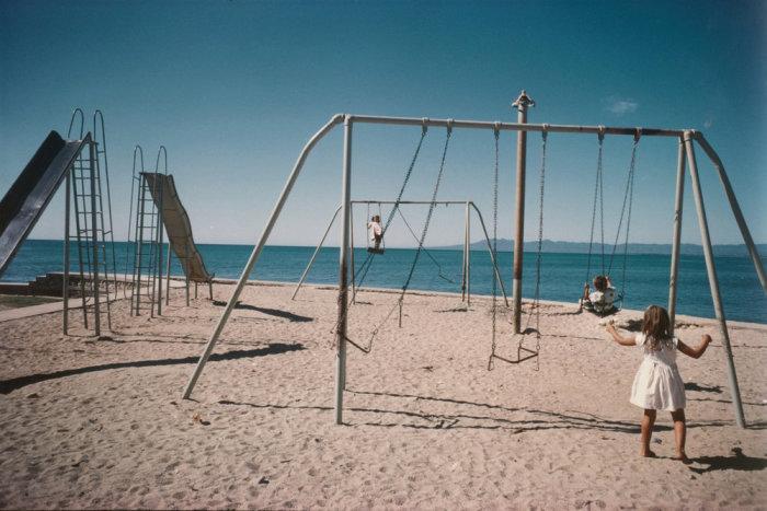 Детская площадка на пляже. Мексика, 1965 год.