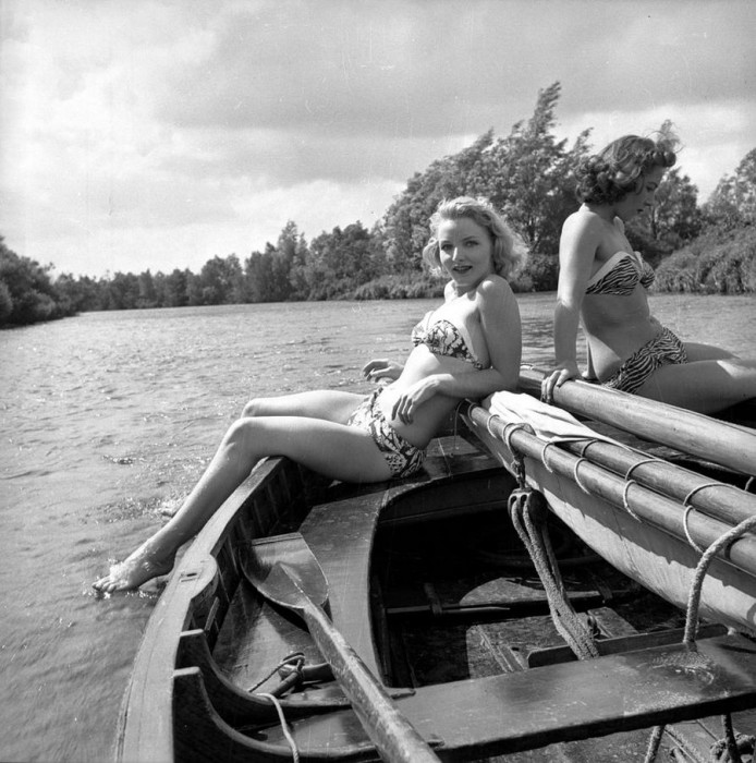 Девушки на борту небольшой яхты.