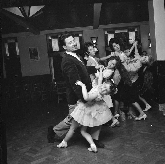 Пятилетняя Кэрол-Линн Роулинс танцует со своим учителем Джоном Митчеллом, 1963 год.