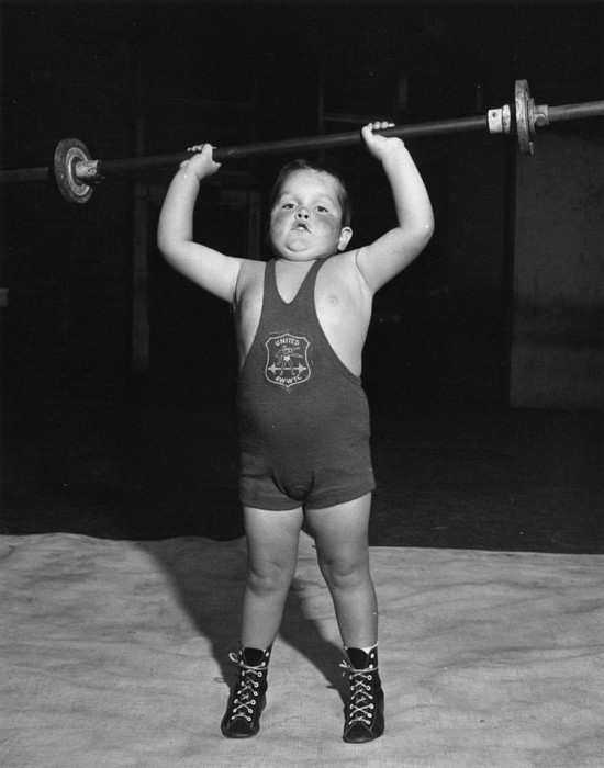 4-летний Джек Ингл поднимает изрядный вес над головой, 1956 год.