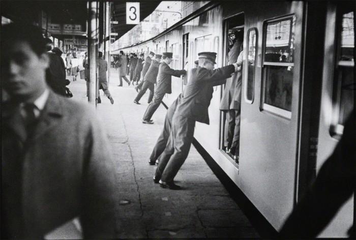 Толкатели запихивают людей в вагоны метро в час пик.  Япония, Токио, 1967 год.