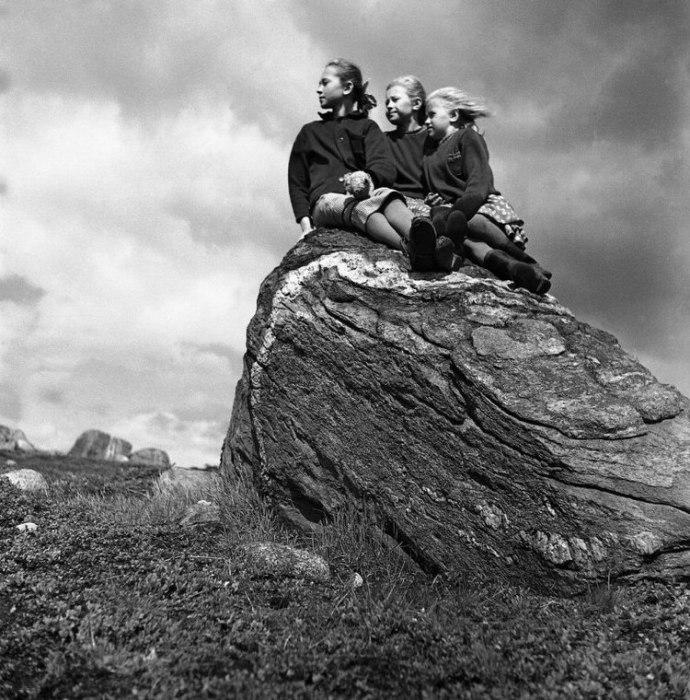 Фотосессия на каменном постаменте. Мурманск, 1957 год.