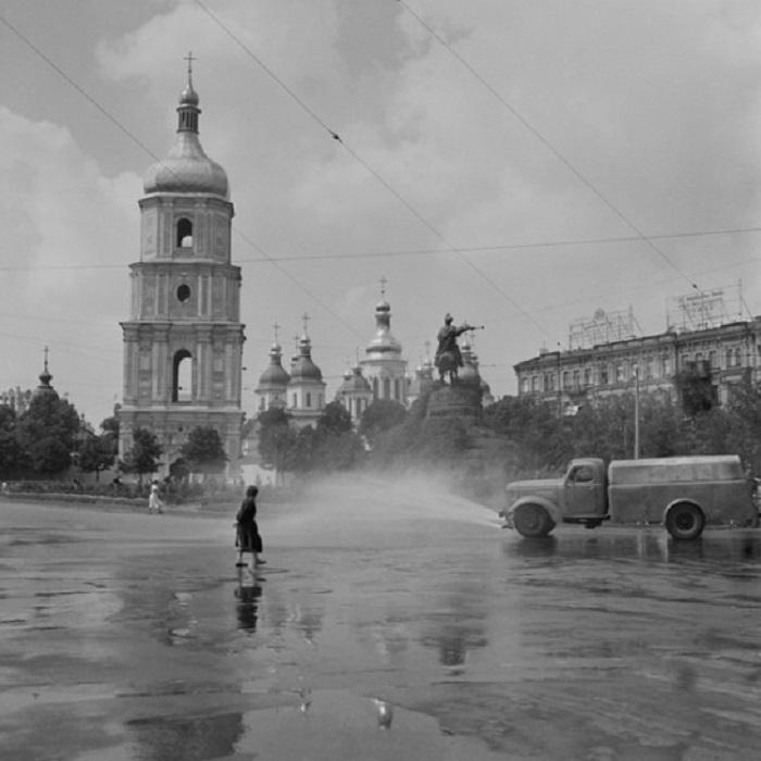 Дважды в день горсоветом был установлен полив тротуаров, брусчатки, бульваров, скверов и площадей.