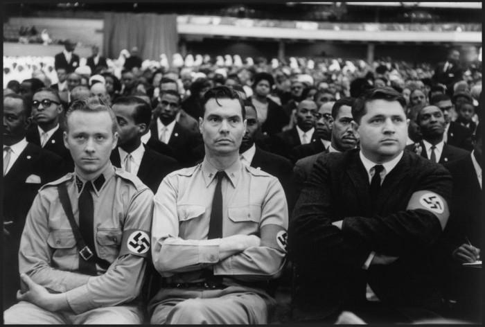Джордж Линкольн Роквелл в окружении членов американской нацистской партии.