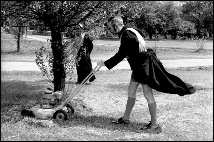 Отец Грегори Уилкинс, в обязанности которого входило следить за газоном. Келхэм, Ноттингемшир, Англия, 1963.