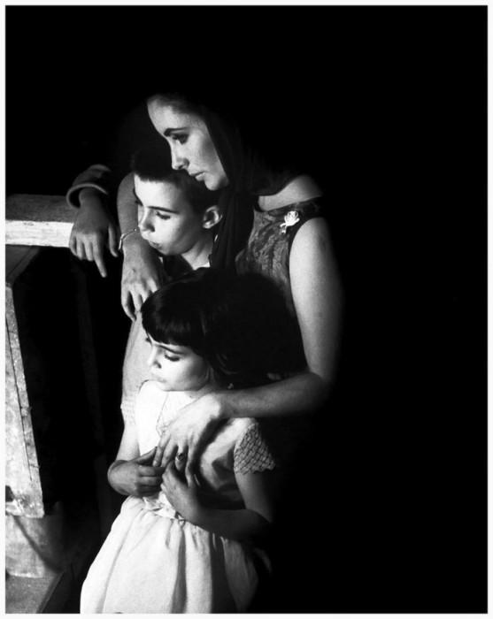 Элизабет Тейлор с дочерью и сыном на съёмках в Англии в 1963 году.