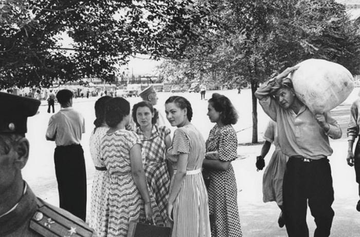 Уличная сцена. СССР, Сталинград, 1955 год.