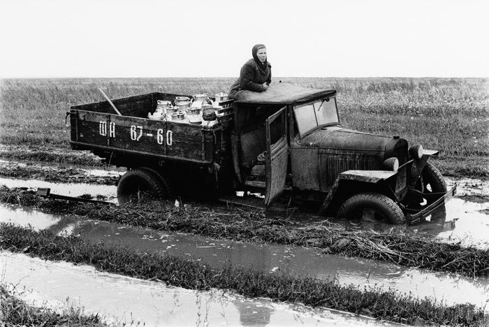 Грузовик, застрявший на сельской дороге.