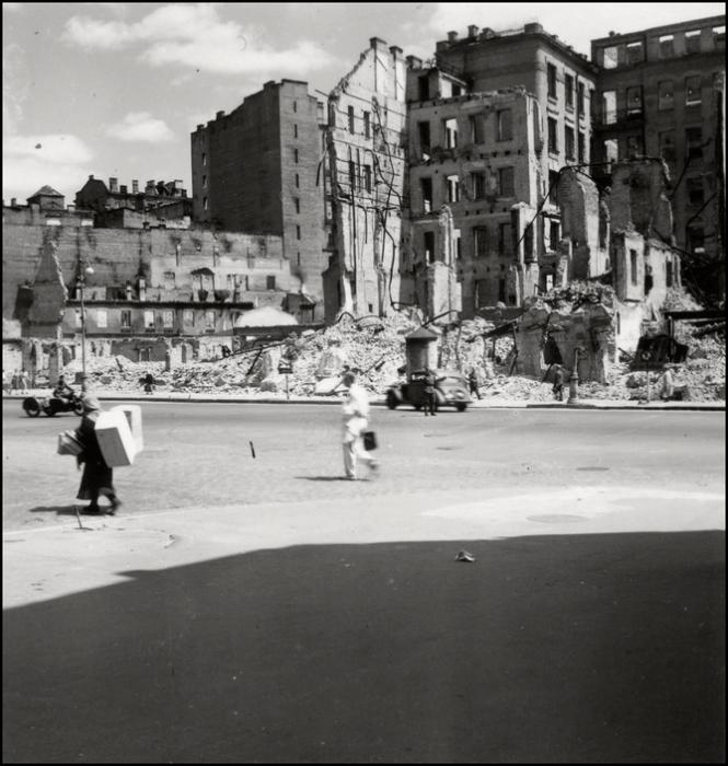 Разрушенные здание на перекрёстке Крещатика и улицы Богда Хмельницкого. СССР, Киев, 1943 год.