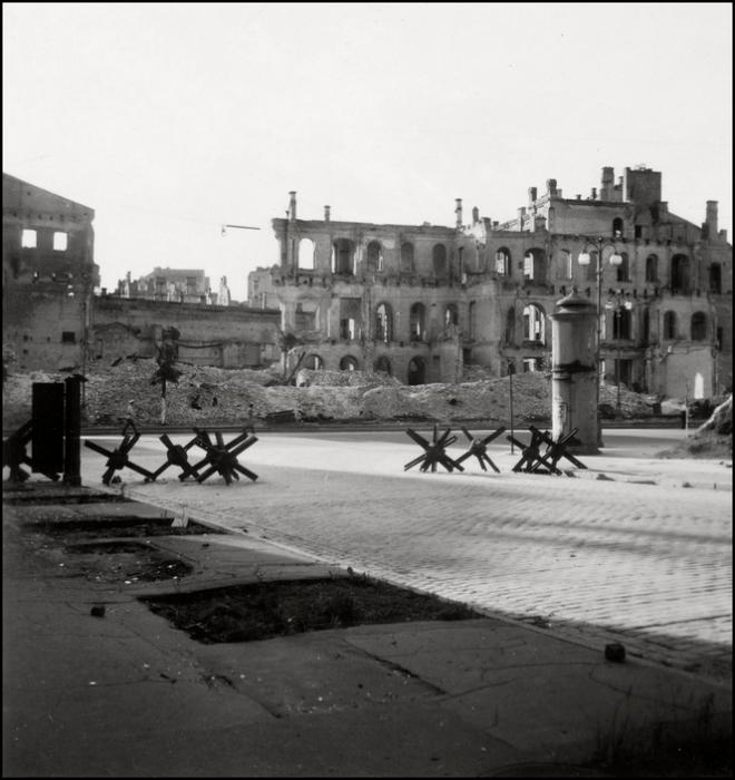 Противотанковые ежи в историческом центре Киева. СССР, 1943 год.