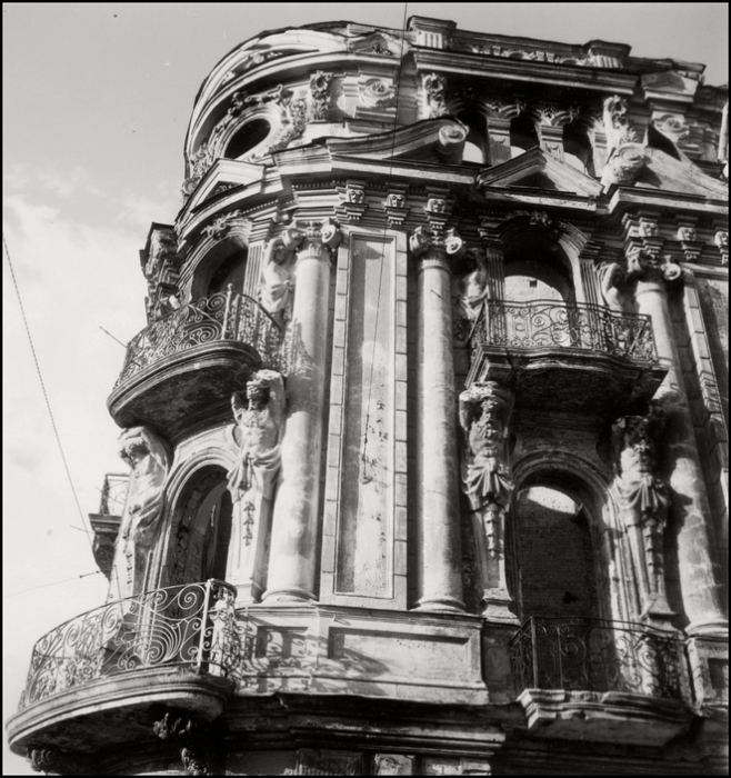 Уцелевший памятник архитектуры в историческом центре Киева. СССР, Киев, 1943 год.