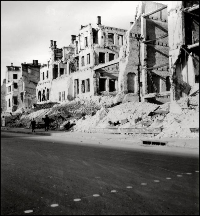 Разрушенные здания в ходе диверсии на территории оккупированного Киева. СССР, 1943 год.