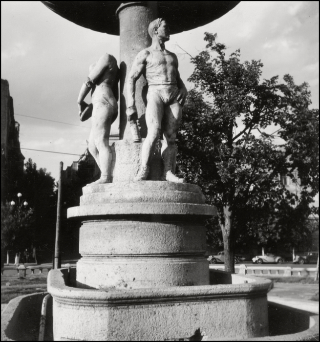 Фонтан на площади Калинина. СССР, Киев, 1943 год.