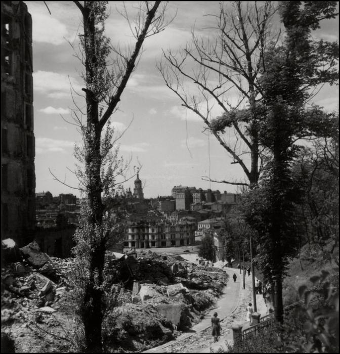 Вид на колокольню Софийского собора со стороны улицы Институтской. СССР, Киев, 1943 год.