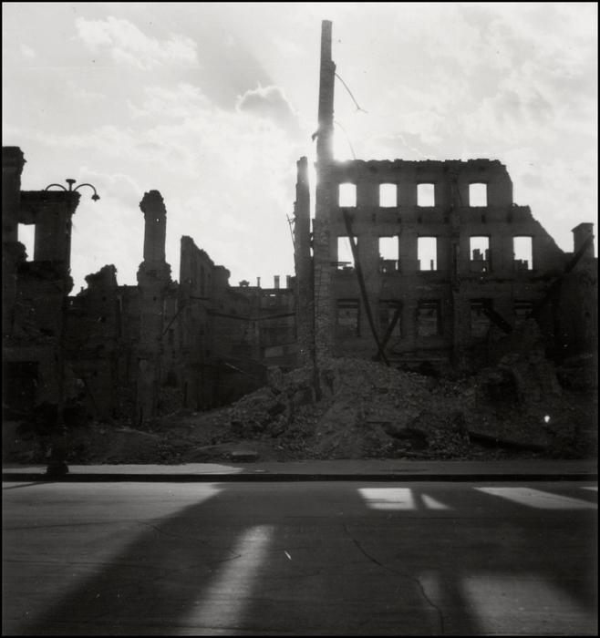 Разрушенные здания на Крещатике. СССР, Киев, 1943 год.