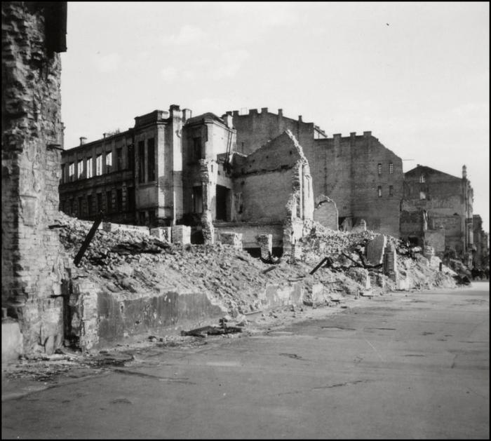 Здания разрушенные в ходе диверсии отдельной мотострелковой бригады особого назначения НКВД СССР. Киев, 1943 год.