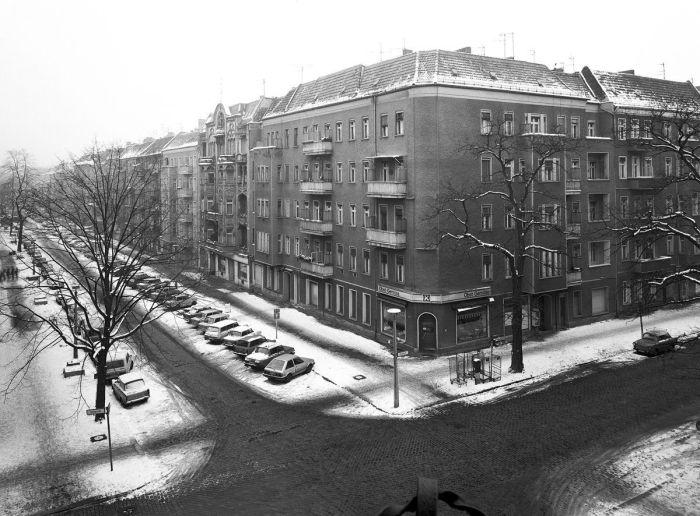 На углу Хуфеландштрассе и Бётцовштрассе.