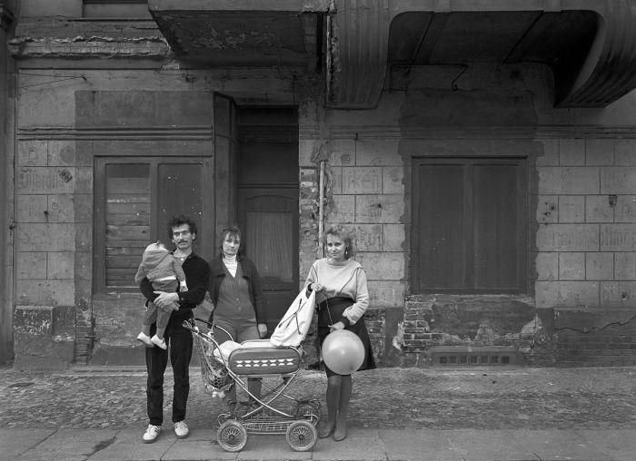 Фрау Бэр со своей дочерью, внуком и мужем дочери в тридцать восьмую годовщину со дня основания ГДР.