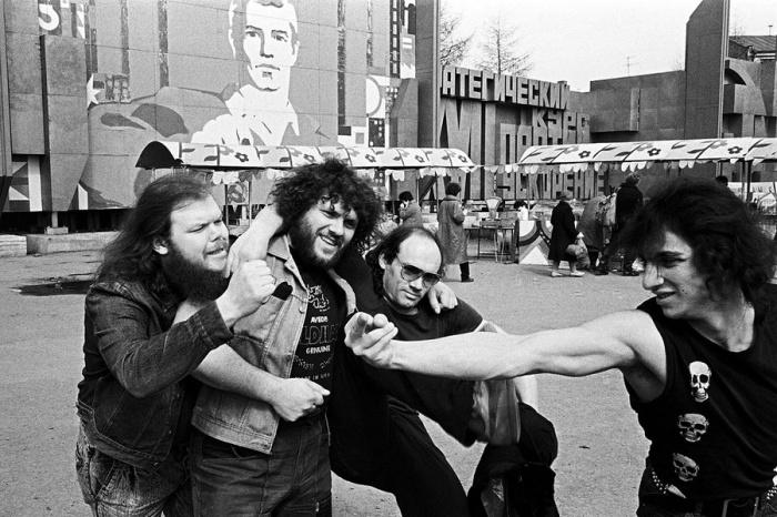 Музыканты группы «Тяжёлый День» и Анатолий Крупнов. СССР, Свердловск, 1988 год. Автор фотографии: Igor Mukhin.
