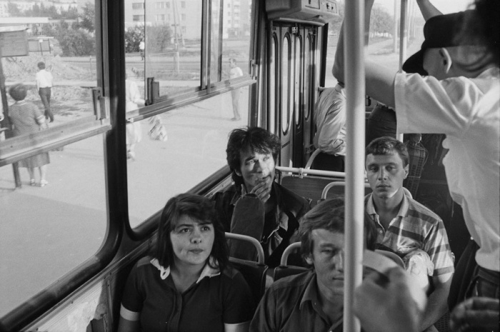 Виктор Цой в общественном транспорте. СССР, Москва, 1986 год. Автор фотографии: Igor Mukhin.