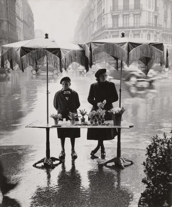 Торговля цветами под дождём. Париж, 1950-е годы.