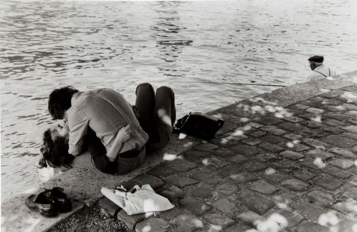 Влюблённая пара. Франция, Париж, Сена, 1976 год.