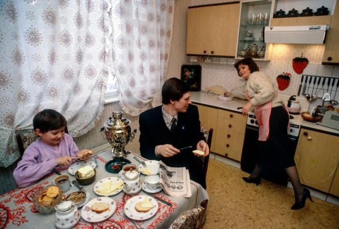 Обычная советская семья. СССР, Москва, 1989 год. Автор фотографии: Chris Niedenthal.